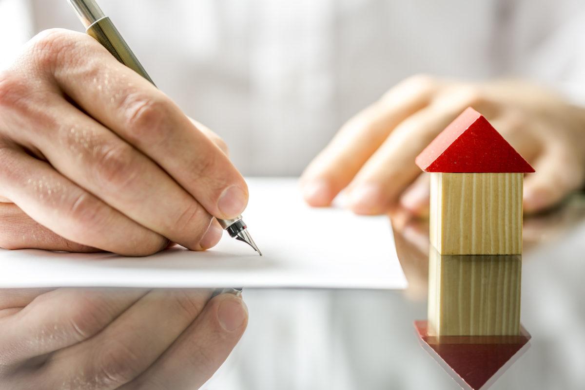 Reembolso por descumprimento contratual relativo a IPTU de outro imóvel não autoriza penhorar bem de família do devedor